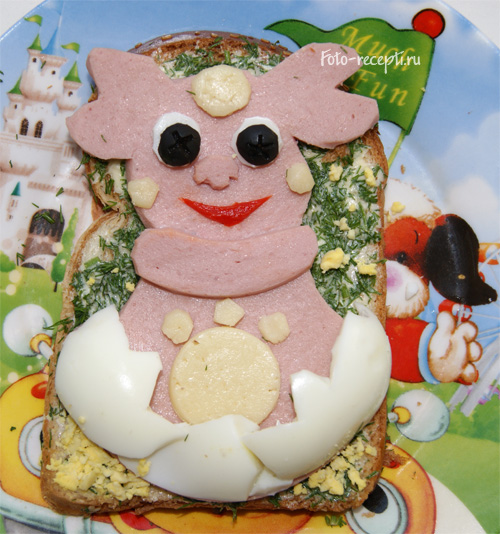Бутерброд Лунтик ребенка с маслом, сыром и колбасой