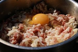 Ёжики из фарша с рисом в сметанном соусе в духовке