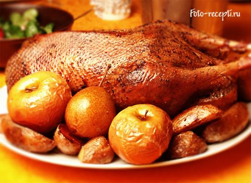 Рождественский или новогодний гусь с яблоками, черносливом и картошкой в духовке рецепт приготовления пошаговый с фото
