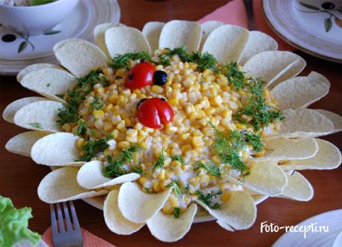 Салат Подсолнух с чипсами, курицей, кукурузой и маринованными грибами рецепт приготовления пошаговый с фото