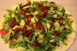 Ensalada verde con tomates secos y el aguacate