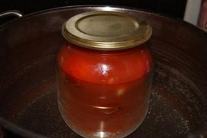 Помидоры в собственном соку с томатным соком и чесноком