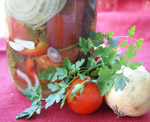 Резаные помидоры, маринованные дольками, с луком и чесноком