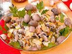 Что приготовить на День Рождения. Рецепт салата из квашеной капусты и маринованных грибов
