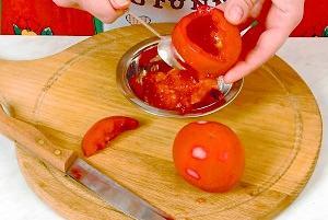 Receta para el tomate, relleno con huevos y cebolla